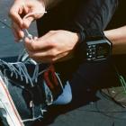 Bracelet de contrôle AirLeash étanche du AirDog au poignet d\'un skateur