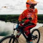 Drone Airdog mis en situation derrière un vététiste professionnel