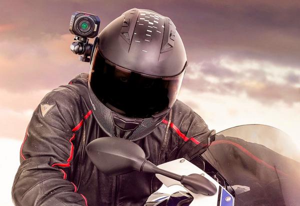 Camera Blackmagic Micro Studio 4K sur un casque moto