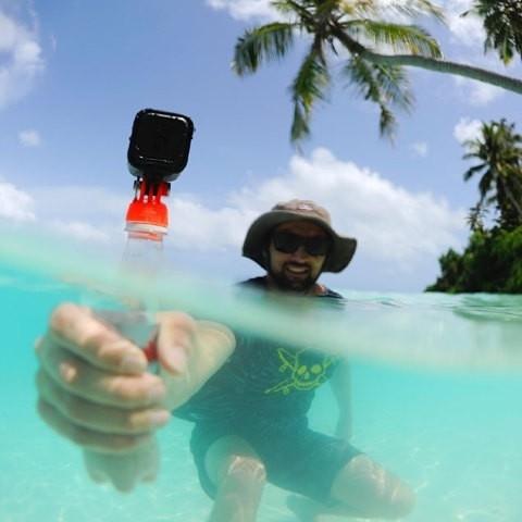 Personne tenant une bouteille avec la fixation et une GoPro dessus