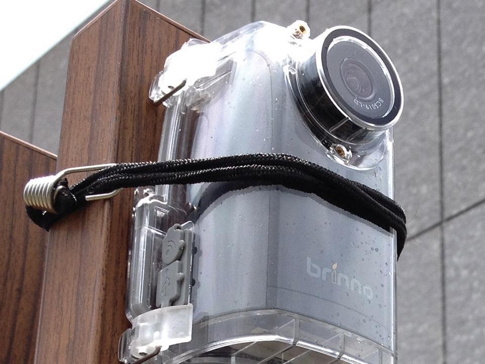 Brinno Caméra Construction Pro BCC200 fixé sur planche avec les sangles