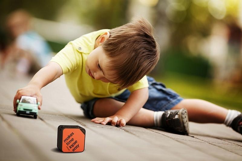 Enfant jouant devant une caméra Brinno TLC120