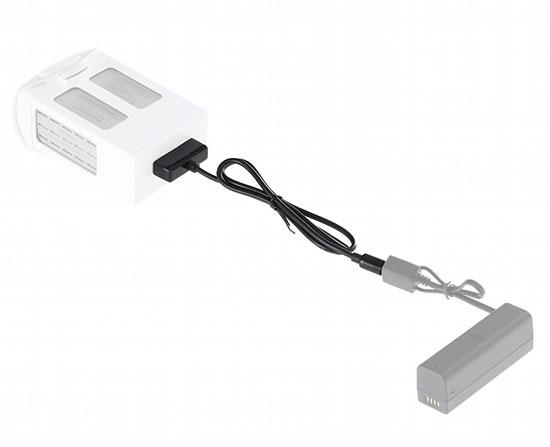 Câble de charge batterie 10 PIN-A pour DJI Osmo relié à une batterie Phantom 4 et à la batterie externe