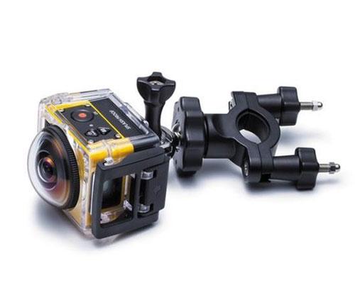 Caméra embarquée 360° SP360 Kodak - Extreme pack installée dans le caisson et montée sur la fixation guidon