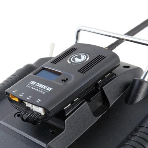 Émetteur Crossfire TBS installé à l\'arrière d\'une radio dans la baie JR
