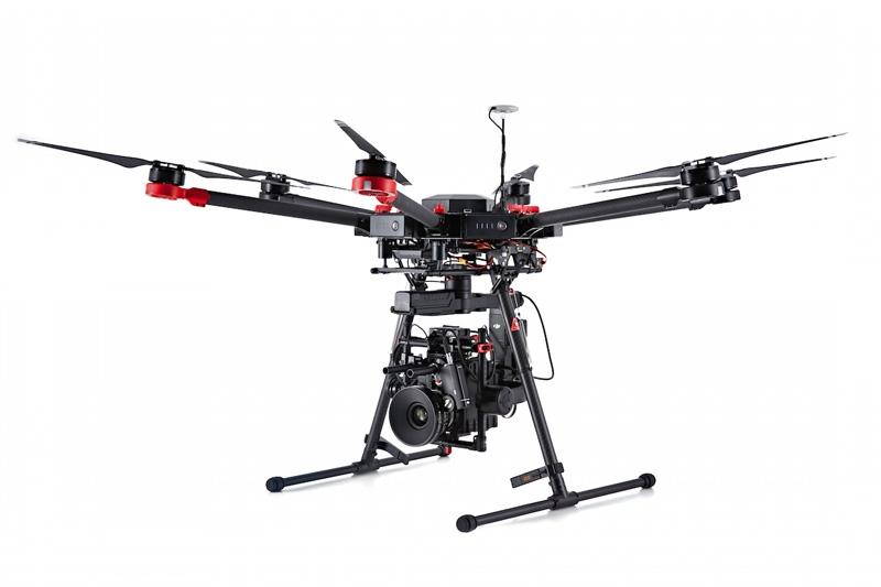 Drone DJI Matrice 600 - vue de coté - avec nacelle Ronin-MX et Red Epic