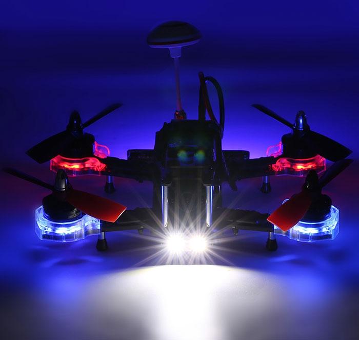 Eachine Falcon 210 RTF de nuit avec LEDs actives - vue de face