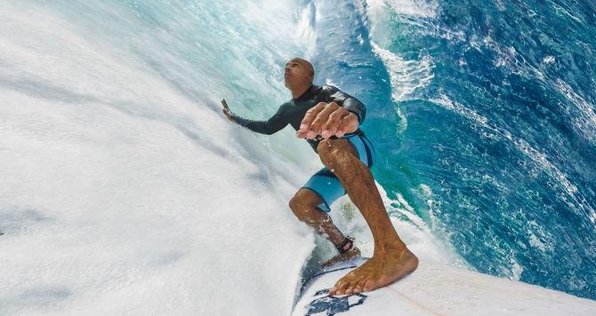 Surfeur ayant fixé une caméra GoPro Hero Session sur sa planche