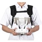 Harnais de transport pour DJI Phantom 4 sur une personne - vue de devant avec radiocommande accrochée