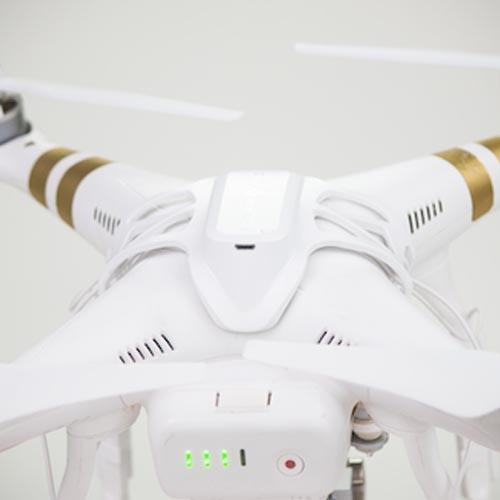 batterie clipsée sur la coque du drone
