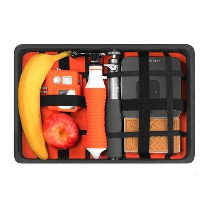 Mallette Universal Large Capxule ouverte avec une banane, une batterie nomade, un vidéo projecteur et une poignée Xsories