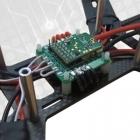 Contrôleur de vol NEURON monté sur un drone racer