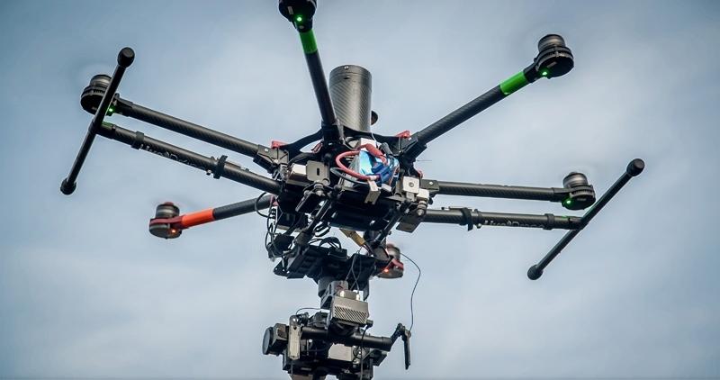 Multirotor en vol avec émetteur Amimon Connex Mini
