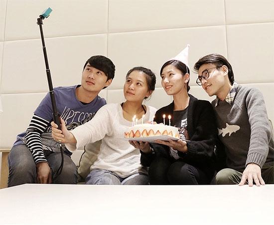 Utilisation de la perche télescopique pour Xiaomi Yi Cam lors d\'un anniversaire