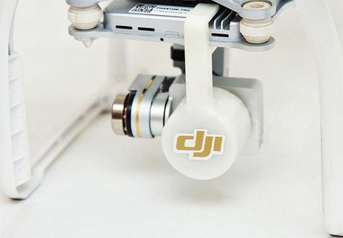 Cet accessoire se fixe très simplement sur la lentille du Phantom 3. Cela protège efficacement votre lentille et votre nacelle est également immobilisée pour le transport.