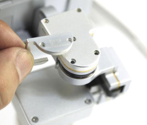 La protection nacelle se monte facilement derrière le moteur du roll pour empêcher que la caméra se désolidarise de la nacelle