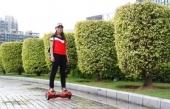 Hoverboard en action dans un contexte urbain