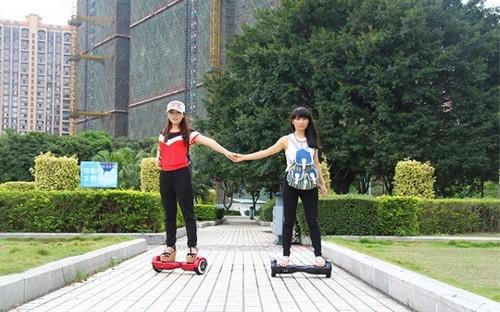 Hoverboard 2 roues en action dans un contexte urbain
