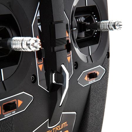 Les joysticks sont bien positionnés pour un confort maximal du pilote.