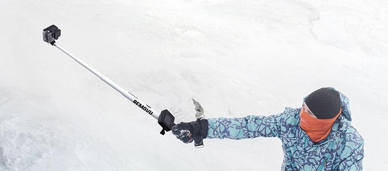 Removu R1+ pour GoPro Hero 3/3+ et 4 fixé sur une perche tenue par un skieur