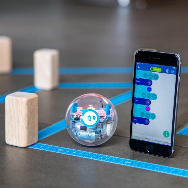 Robot SPRK+ Sphero en situation à côté d'un smartphone