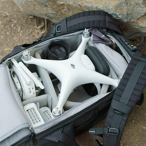 Intérieur du sac à dos Drone Trekker PolarPro avec accessoires