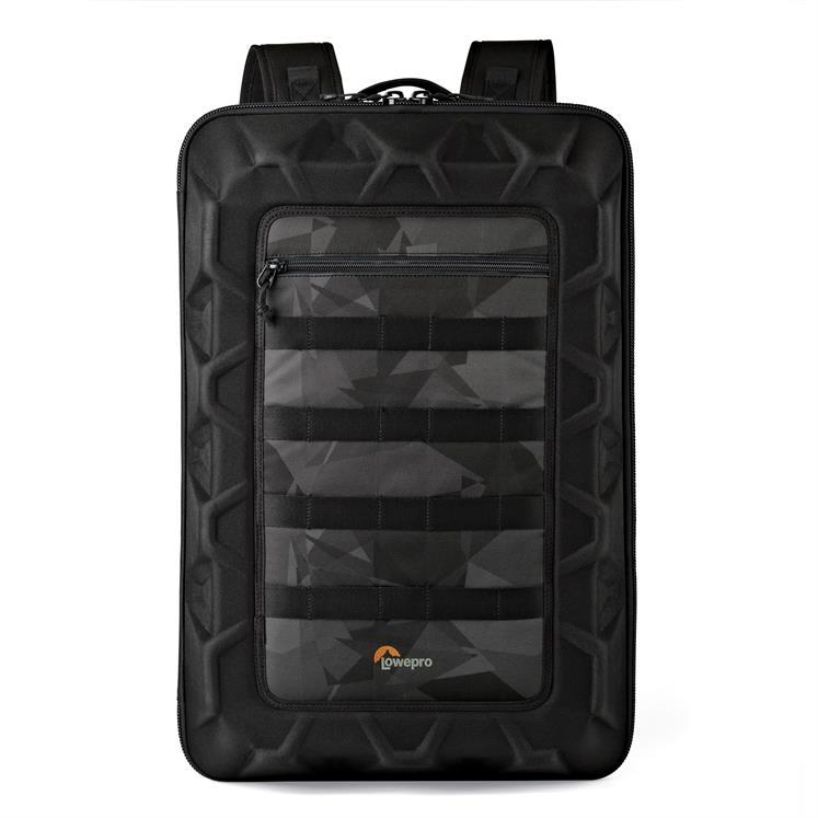Ce sac très tendance a une finition très design : noir et imprimé fractal.
