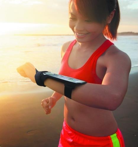 Femme faisant son footing avec la fixation au poignet