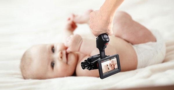 Stabilisateur 2 axes Wenpod GP1+ pour GoPro en train de filmer un bébé