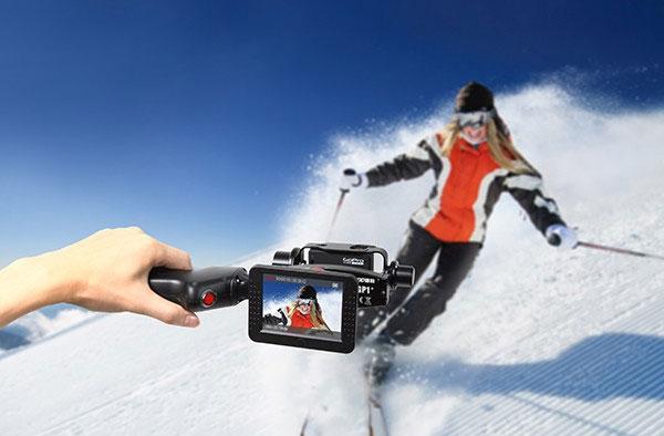 Stabilisateur 2 axes Wenpod GP1+ pour GoPro en train de filmer une skieuse