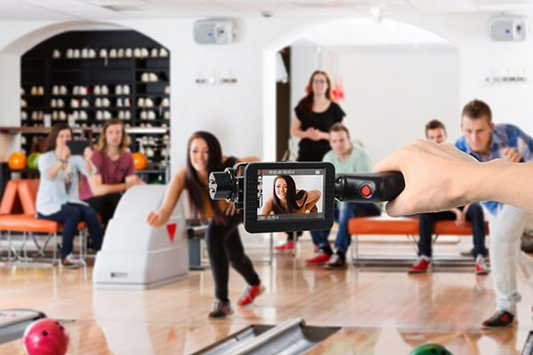 Stabilisateur 2 axes Wenpod GP1+ pour GoPro en train de filmer une joueuse de bowling