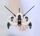 Drone racer Walkera F150 Rodeo RTF blanc présenté sur une main