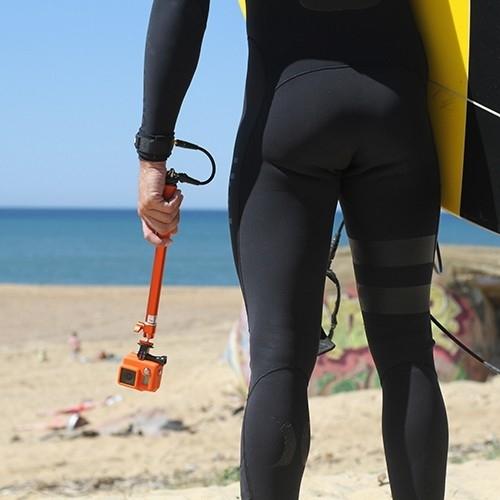Surfeur tenant une perche avec une dragonne Wrist Cord Cam Xsories