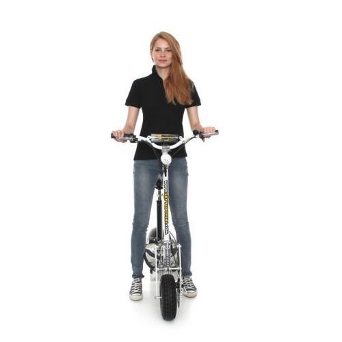 Femme tenant la trottinette électrique 1000 Turbo - SXT