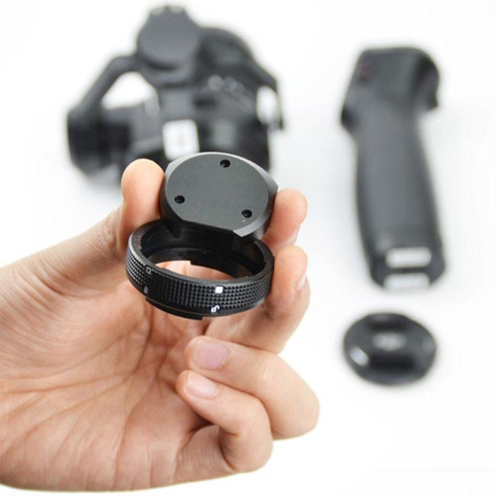 Adaptateur Osmo pour caméra X5 tenu dans une main