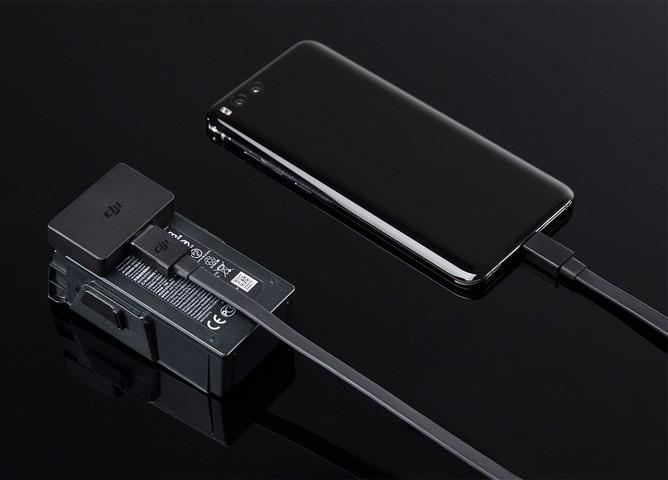 Adaptateur powerbank batterie DJI Mavic Air rechargeant un smartphone
