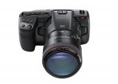 Blackmagic Pocket Cinema Camera 6K vue de 3/4 haut avec objectif Canon