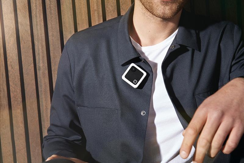 Caméra Drift Compass portée par un homme près du col