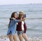 Caméra Insta360 Air utilisée par deux femmes au bord de la mer