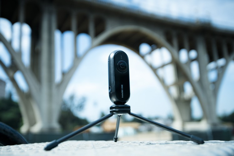 Caméra Insta360 ONE Version iPhone sur un tripod