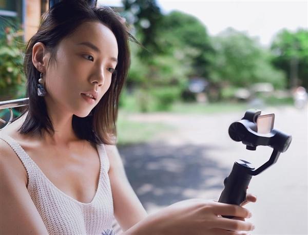 Caméra Xiaomi Mijia Compact 4K montée sur un stabilisateur