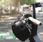 Casque pliable PLIXI posé sur le guidon d'un vélo