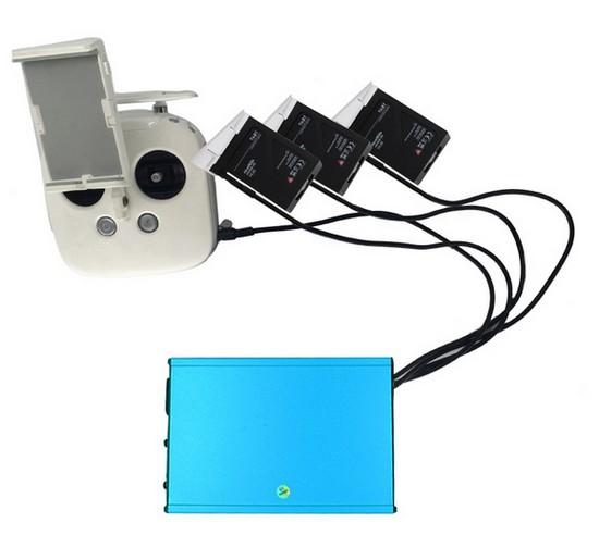 Chargeur multiple en train de recharger trois batteries DJI Inspire 1 et une radio