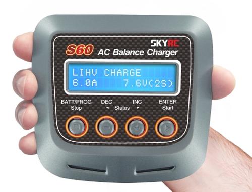 Ce chargeur SkyRC S60 est compact et performant. Il rechargera les lipos de 2 à 4S.