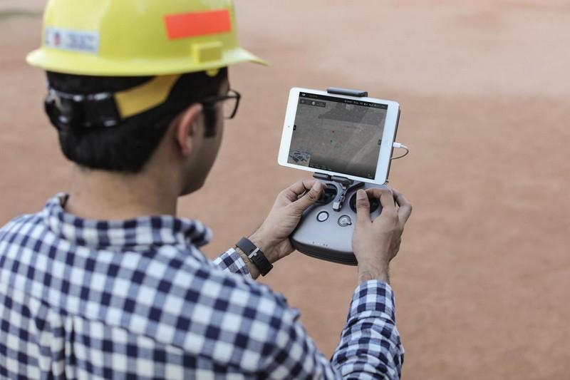Homme de chantier avec la radio du drone DJI Matrice 200