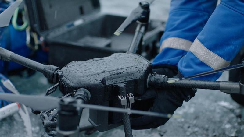 Vue du drone DJI Matrice 200 avec des éclaboussures d'eau