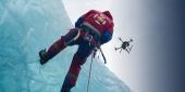 Drone DJI Matrice 210 en train de survoler un glacier avec un alpiniste