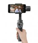 DJI Osmo Mobile 2 avec smartphone et tenu par une personne