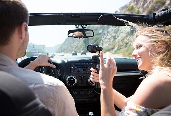 DJI Osmo+ en train de filmer en voiture