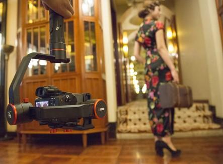 Feiyu a2000 avec appareil photo en train de filmer une scène